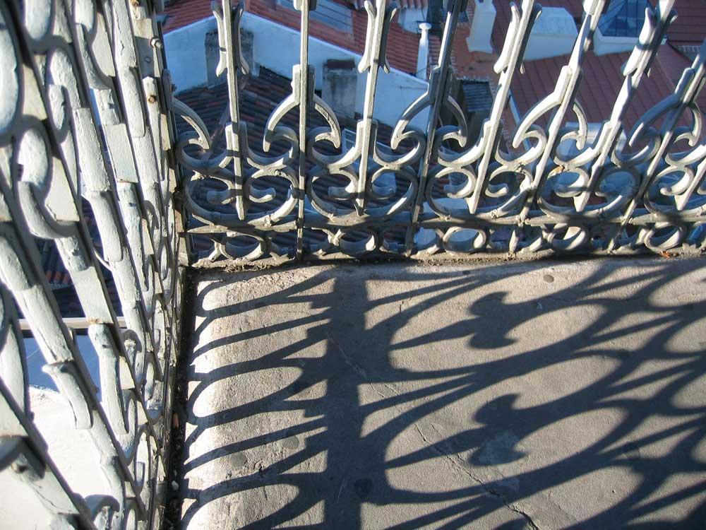Lissabon - verschnörkelte Balkongitter werfen Schatten