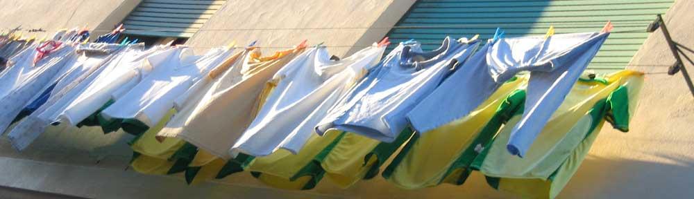 Trikots an der Wäscheleine in Lissabon in der Abendsonne